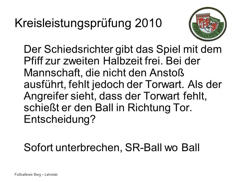 Fußballkreis Berg – Lehrstab Kreisleistungsprüfung 2010 Der Schiedsrichter gibt das Spiel mit dem Pfiff zur zweiten Halbzeit frei.