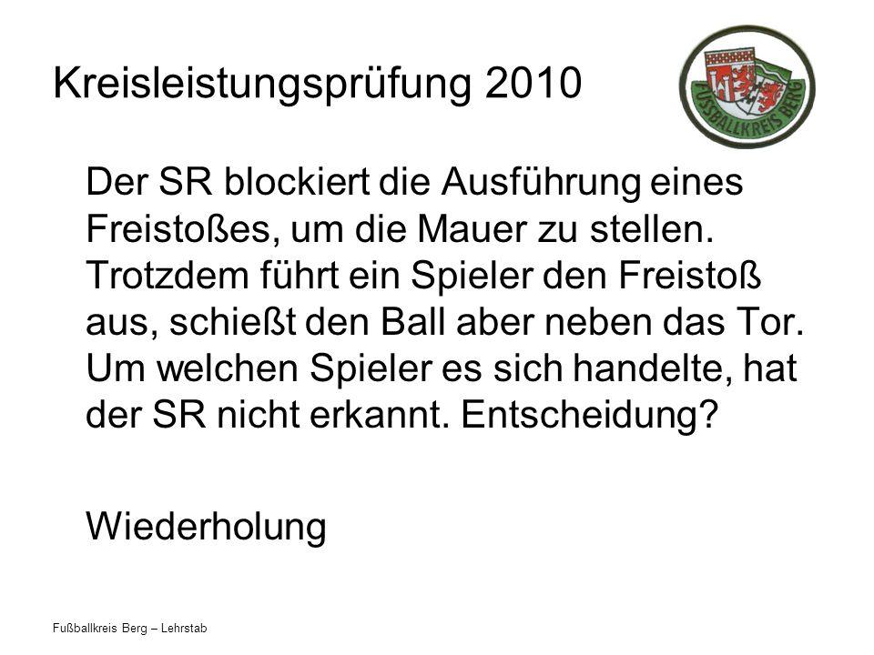 Fußballkreis Berg – Lehrstab Kreisleistungsprüfung 2010 Der SR blockiert die Ausführung eines Freistoßes, um die Mauer zu stellen.