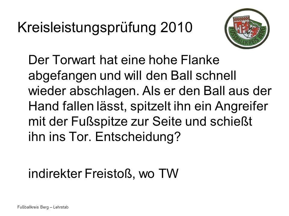 Fußballkreis Berg – Lehrstab Kreisleistungsprüfung 2010 Der Torwart hat eine hohe Flanke abgefangen und will den Ball schnell wieder abschlagen.