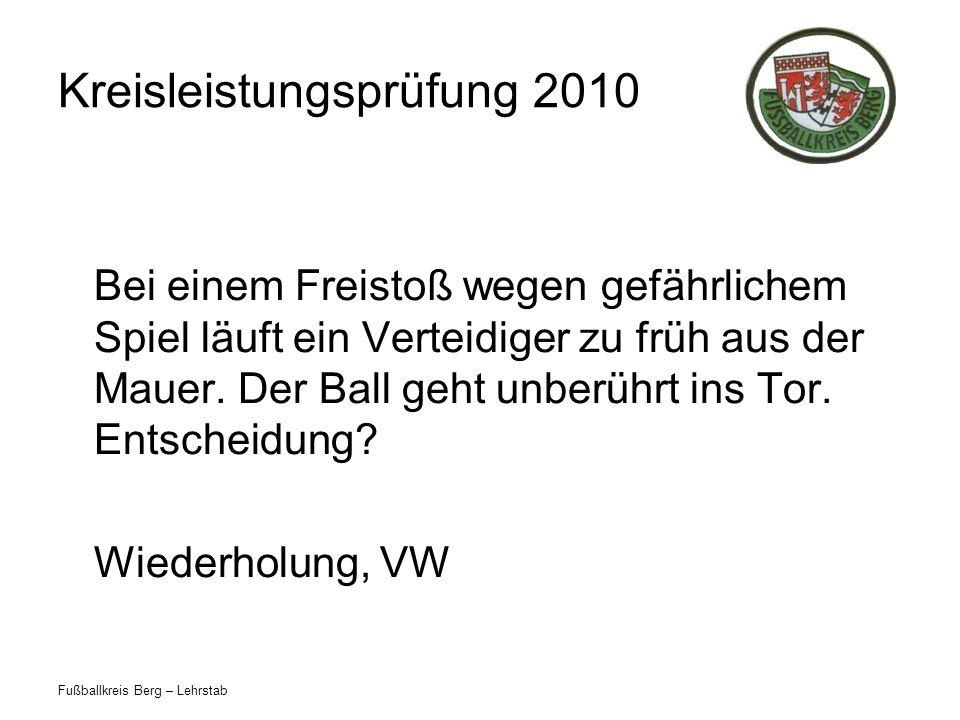 Fußballkreis Berg – Lehrstab Kreisleistungsprüfung 2010 Bei einem Freistoß wegen gefährlichem Spiel läuft ein Verteidiger zu früh aus der Mauer.