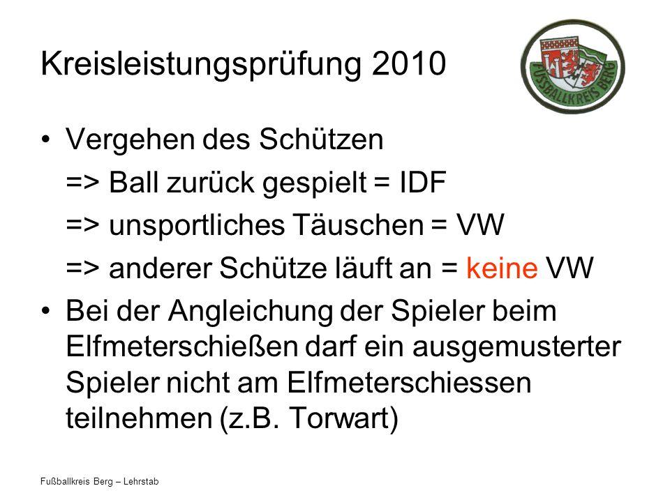 Fußballkreis Berg – Lehrstab Kreisleistungsprüfung 2010 In einem Jugendspiel betritt ein verwarnter Spieler das Spielfeld ohne Zustimmung des SR und spielt den Ball mit dem Fuß.