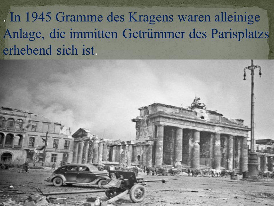 . In 1945 Gramme des Kragens waren alleinige Anlage, die immitten Getrümmer des Parisplatzs erhebend sich ist.