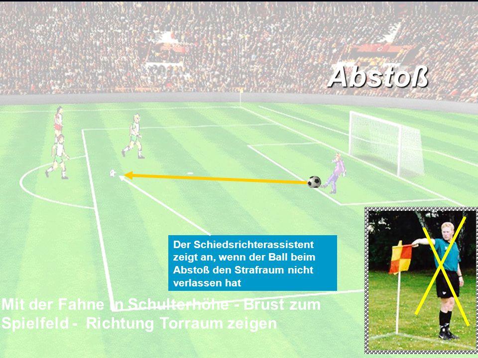 Abstoß Mit der Fahne in Schulterhöhe - Brust zum Spielfeld - Richtung Torraum zeigen Der Schiedsrichterassistent zeigt an, wenn der Ball beim Abstoß d