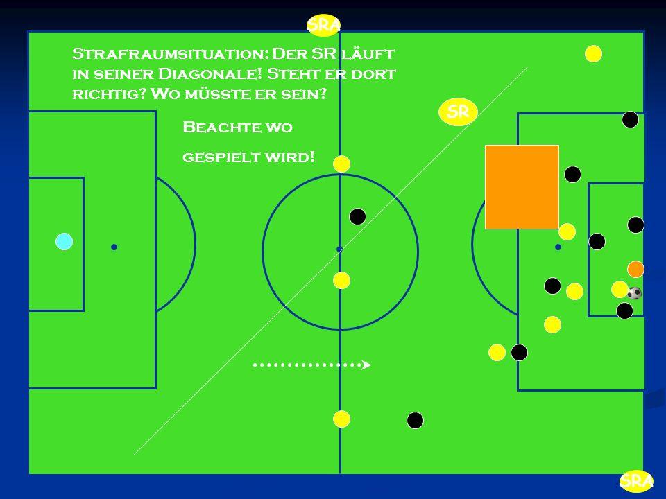 Strafraumsituation: Der SR läuft in seiner Diagonale! Steht er dort richtig? Wo müsste er sein? Beachte wo gespielt wird! SR SRA
