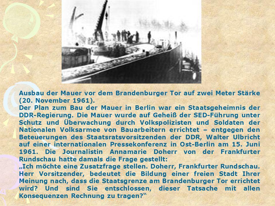 Ausbau der Mauer vor dem Brandenburger Tor auf zwei Meter Stärke (20. November 1961). Der Plan zum Bau der Mauer in Berlin war ein Staatsgeheimnis der