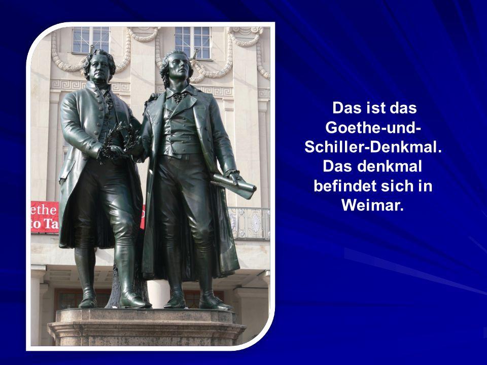 Das ist das Goethe-und- Schiller-Denkmal. Das denkmal befindet sich in Weimar.