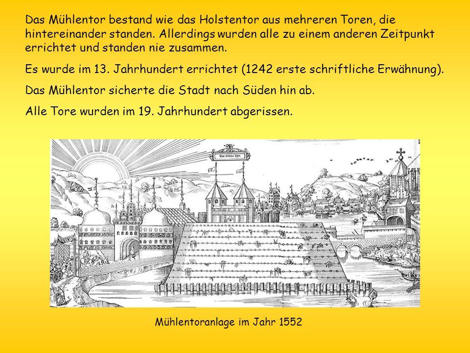 Das Mühlentor bestand wie das Holstentor aus mehreren Toren, die hintereinander standen. Allerdings wurden alle zu einem anderen Zeitpunkt errichtet u