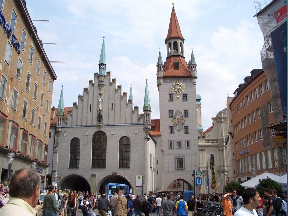 Das Alte Rathaus Das Alte Rathaus am Marienplatz in München beherbergt das Spielzeugmuseum und dient dem Stadtrat und dem Bürgermeister zu repräsentat