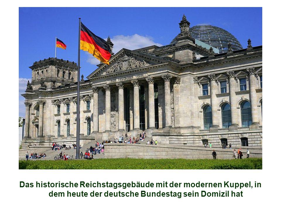 Das historische Reichstagsgebäude mit der modernen Kuppel, in dem heute der deutsche Bundestag sein Domizil hat