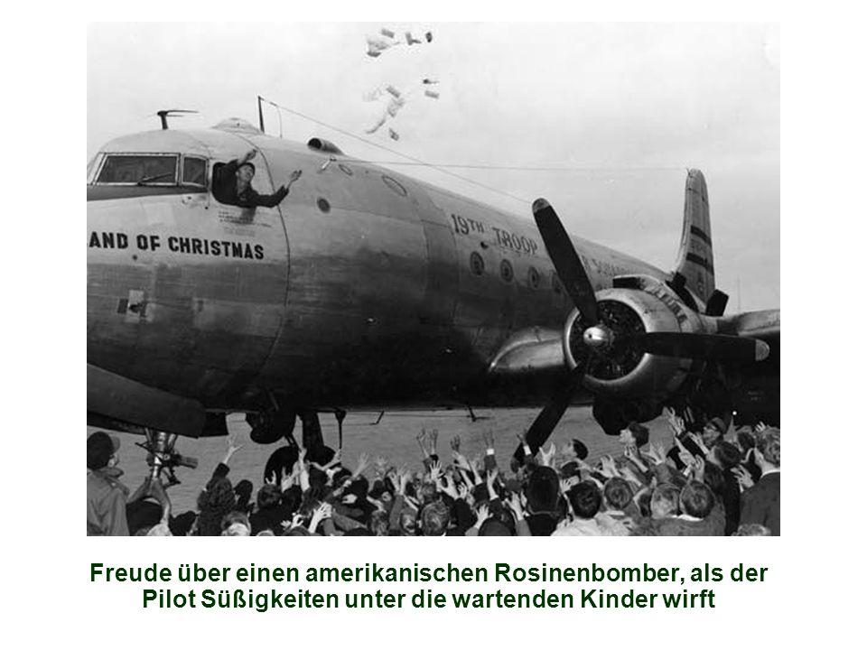 Freude über einen amerikanischen Rosinenbomber, als der Pilot Süßigkeiten unter die wartenden Kinder wirft