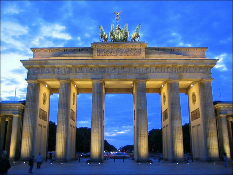 Das Brandenburger Tor ist ein Triumphbogen im Zentrum Berlins, und befindet sich auf dem Parisplatz.