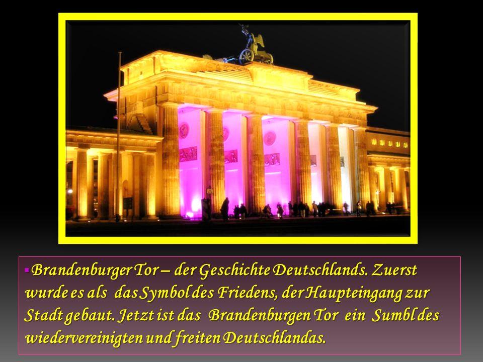 Brandenburger Tor – der Geschichte Deutschlands. Zuerst wurde es als das Symbol des Friedens, der Haupteingang zur Stadt gebaut. Jetzt ist das Branden