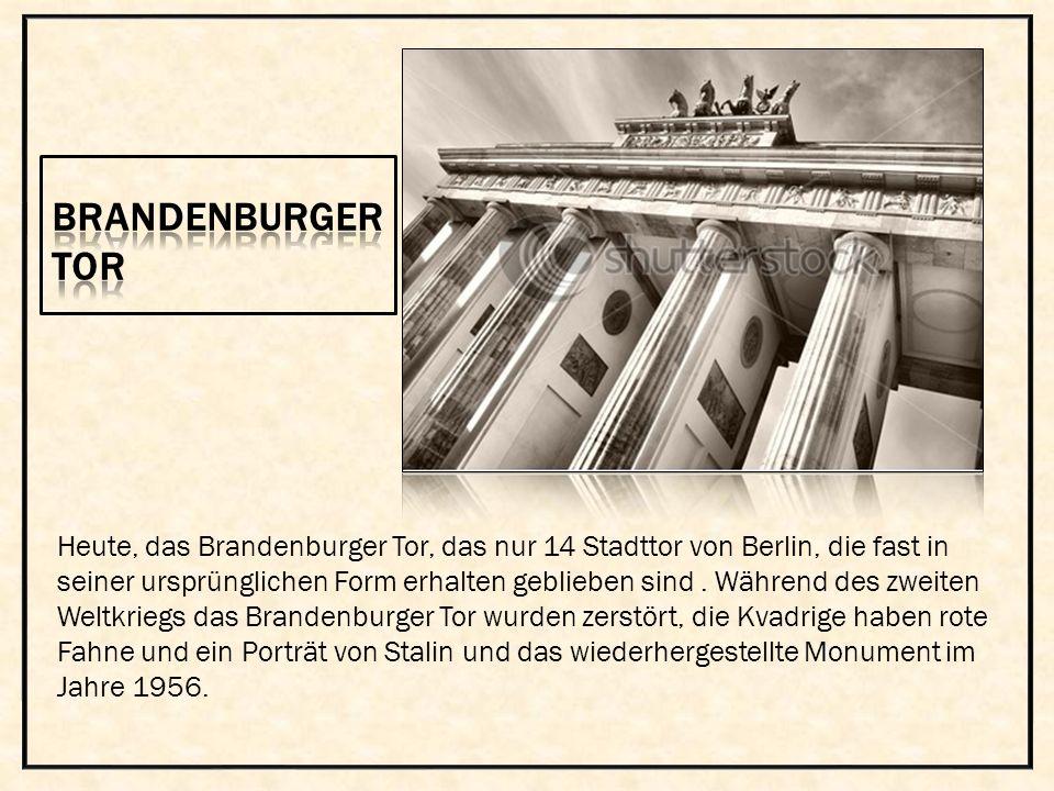Heute, das Brandenburger Tor, das nur 14 Stadttor von Berlin, die fast in seiner ursprünglichen Form erhalten geblieben sind. Während des zweiten Welt