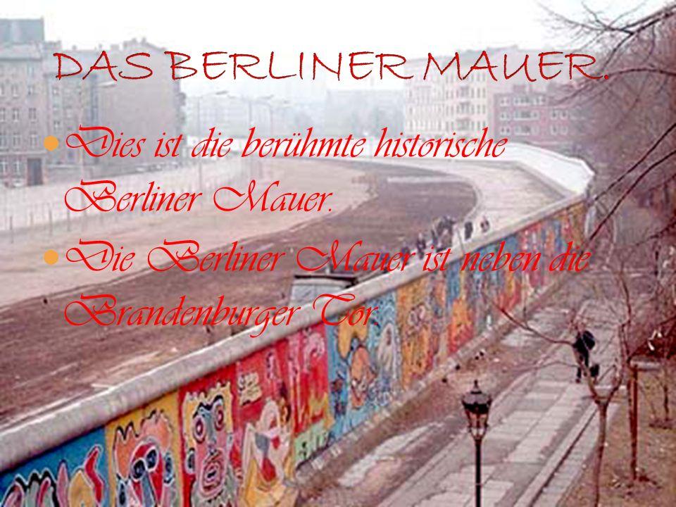 Dies ist die berühmte historische Berliner Mauer. Die Berliner Mauer ist neben die Brandenburger Tor.