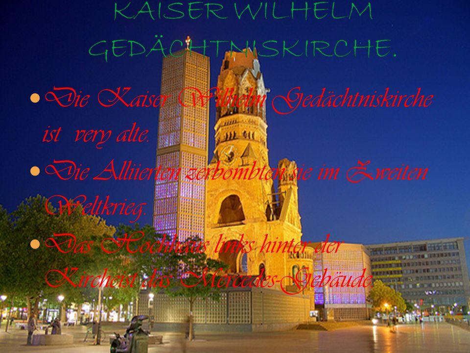 Die Kaiser Wilhelm Gedächtniskirche ist very alte. Die Alliierten zerbombten sie im Zweiten Weltkrieg. Das Hochhaus links hinter der Kircheist das Mer