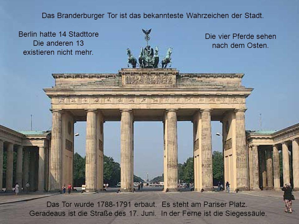 16 Berlin hatte 14 Stadttore Die anderen 13 existieren nicht mehr. Die vier Pferde sehen nach dem Osten. Das Branderburger Tor ist das bekannteste Wah
