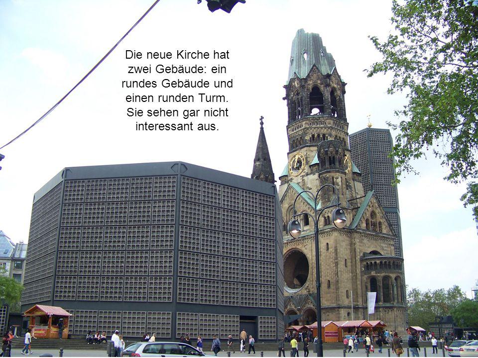 24 Die neue Kirche hat zwei Gebäude: ein rundes Gebäude und einen runden Turm. Sie sehen gar nicht interessant aus.