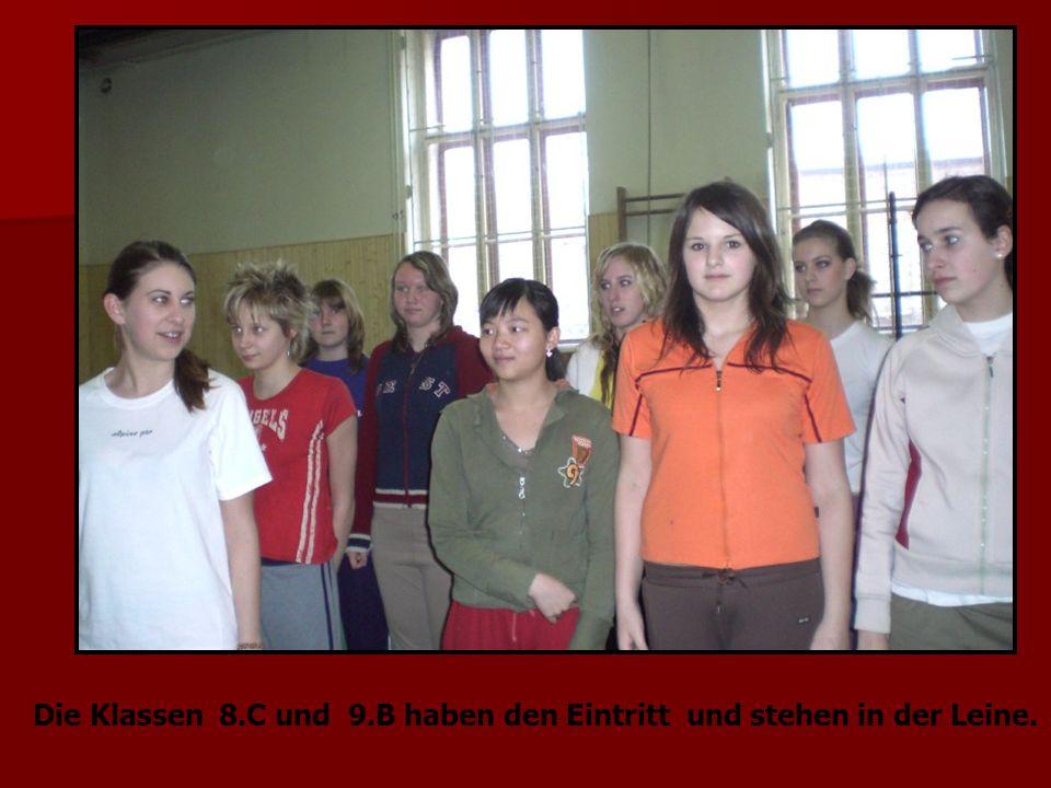 Die Klassen 8.C und 9.B haben den Eintritt und stehen in der Leine.