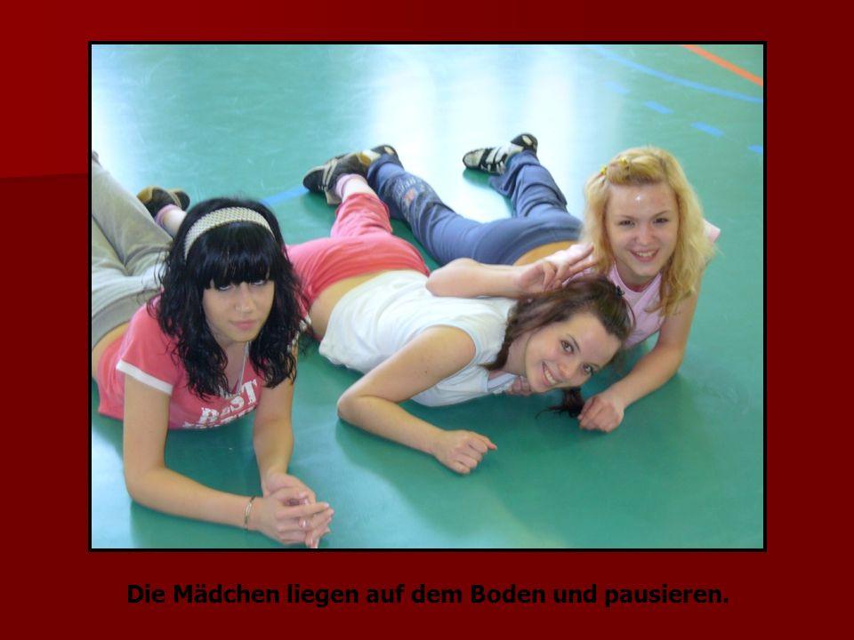 Die Mädchen liegen auf dem Boden und pausieren.