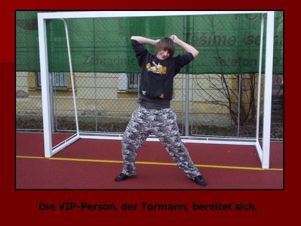 Die VIP-Person, der Tormann, bereitet sich.