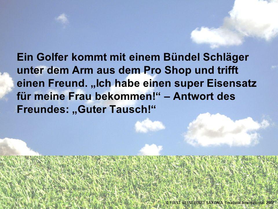 Ein Golfer kommt mit einem Bündel Schläger unter dem Arm aus dem Pro Shop und trifft einen Freund.