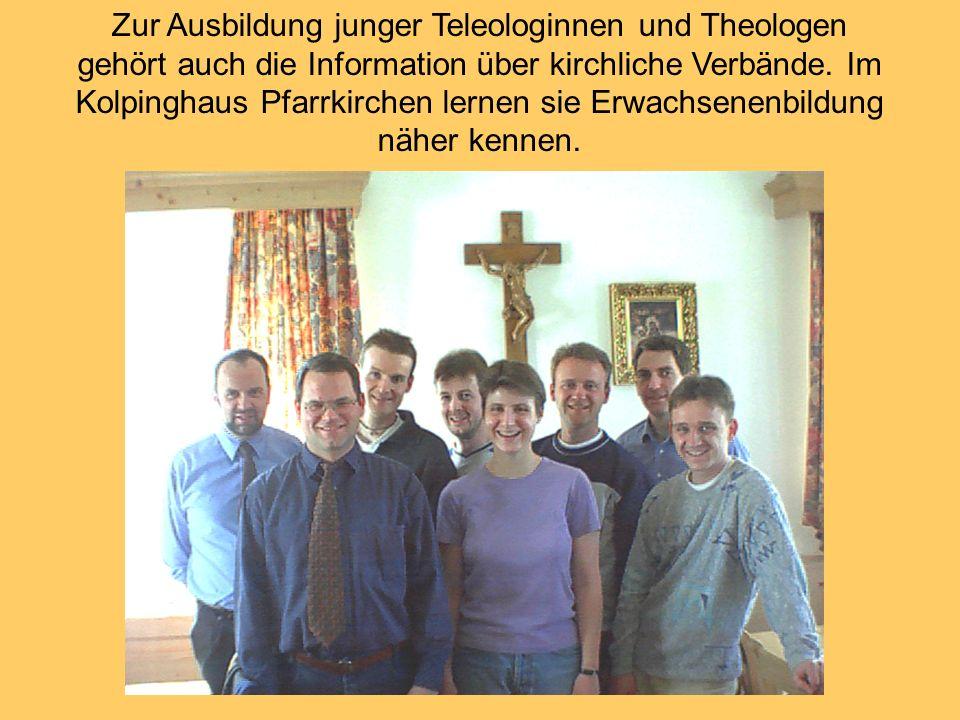 Zur Ausbildung junger Teleologinnen und Theologen gehört auch die Information über kirchliche Verbände. Im Kolpinghaus Pfarrkirchen lernen sie Erwachs