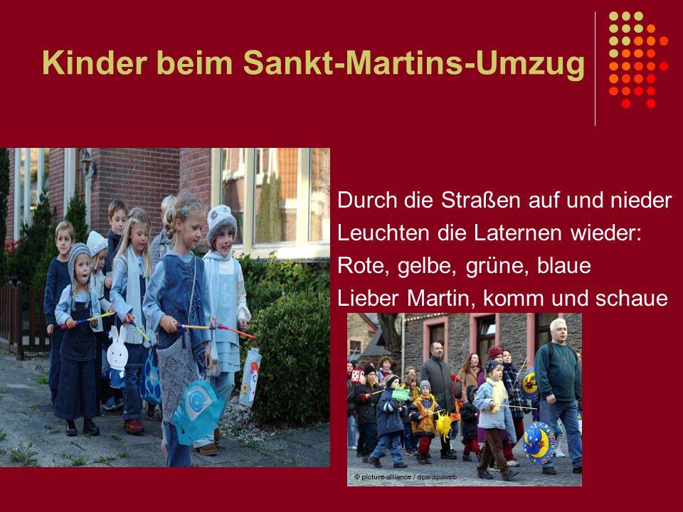 Kinder beim Sankt-Martins-Umzug Durch die Straßen auf und nieder Leuchten die Laternen wieder: Rote, gelbe, grüne, blaue Lieber Martin, komm und schau