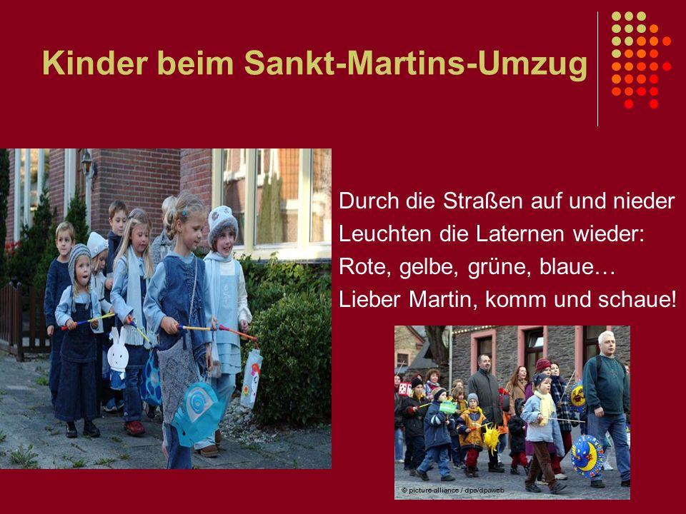 Kinder beim Sankt-Martins-Umzug Durch die Straßen auf und nieder Leuchten die Laternen wieder: Rote, gelbe, grüne, blaue… Lieber Martin, komm und scha