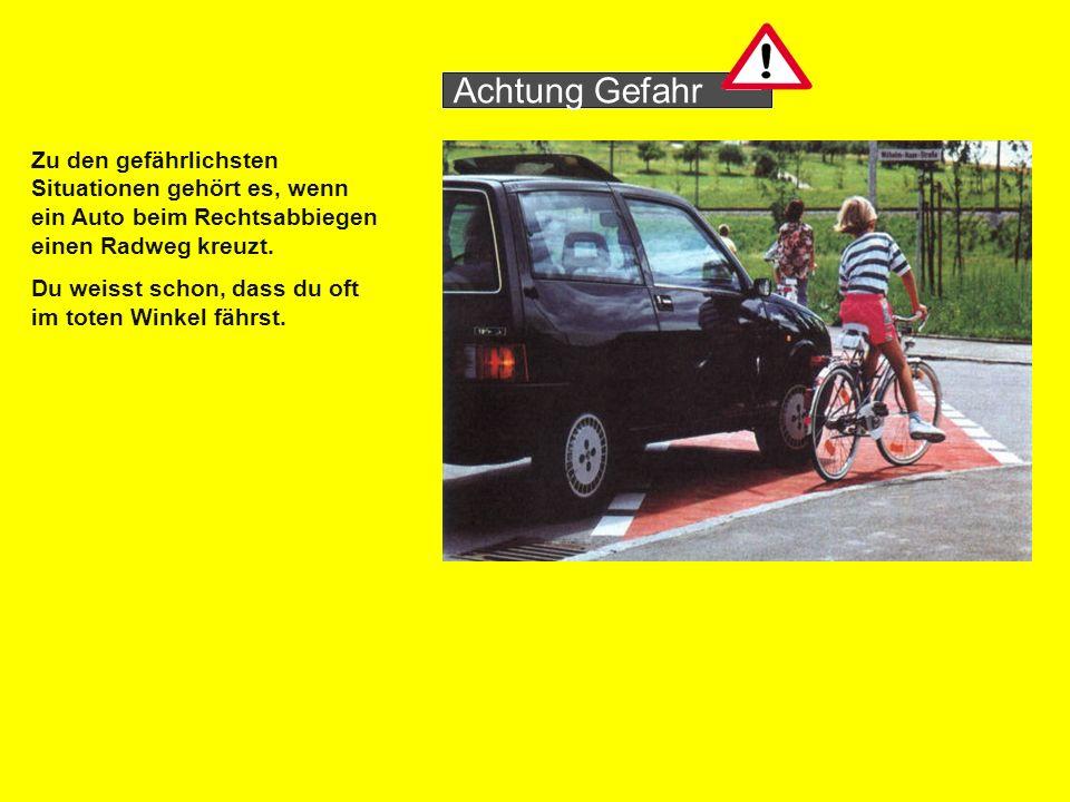 Zu den gefährlichsten Situationen gehört es, wenn ein Auto beim Rechtsabbiegen einen Radweg kreuzt.