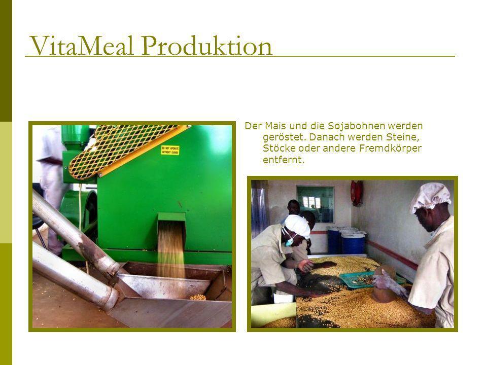 Der Mais und die Sojabohnen werden geröstet. Danach werden Steine, Stöcke oder andere Fremdkörper entfernt. VitaMeal Produktion