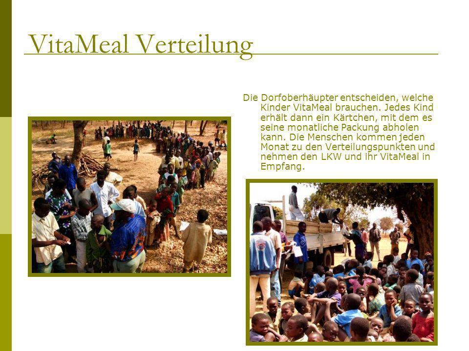 Die Dorfoberhäupter entscheiden, welche Kinder VitaMeal brauchen. Jedes Kind erhält dann ein Kärtchen, mit dem es seine monatliche Packung abholen kan