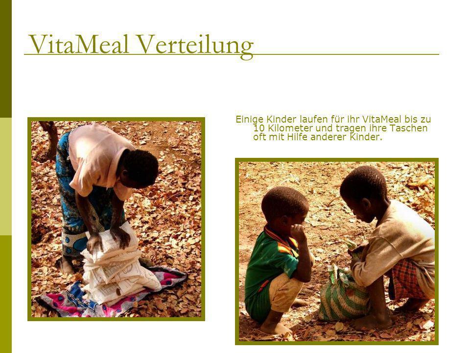 Einige Kinder laufen für ihr VitaMeal bis zu 10 Kilometer und tragen ihre Taschen oft mit Hilfe anderer Kinder. VitaMeal Verteilung