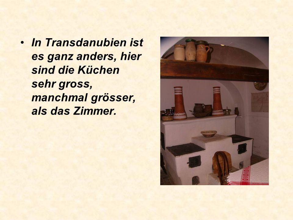 Die Grösse der Küche ist sehr unterschiedlich. In der Tiefebene ist sie relativ schmal, kleiner als drei Meter. In Siebenbürgen ist die Küche noch kle
