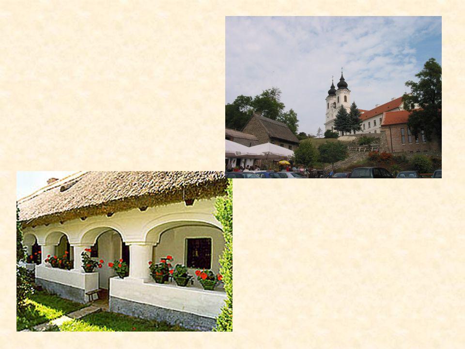 Die strohgedeckten Häuser in Tihany am Balaton sind ebenfalls denkmalgeschützt. im Ortskern dürfen Häuser nur in alter Bauweise errichtet werden.