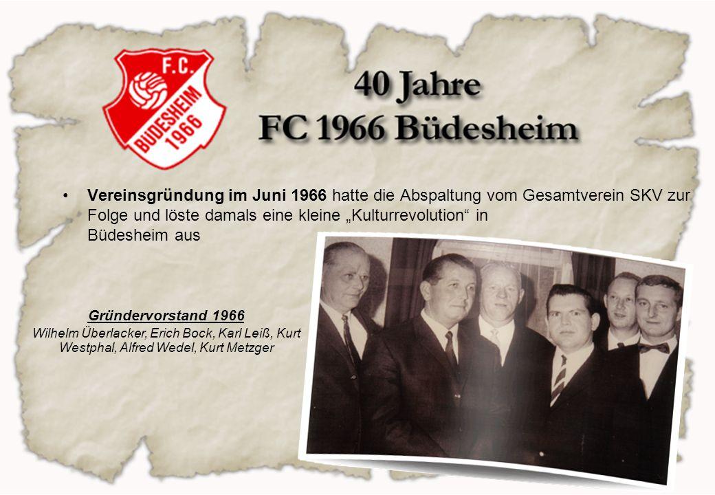 das erste Spiel fand am 30.07.66 gegen den VfB Offenbach statt und wurde gleich mit 4:1 gewonnen Mit Ausnahme der damaligen Soma und der A-Jugend wechselten auch alle Jugendlichen zum FC 66 – die Zukunft war gesichert Erste A-Jugend ca.