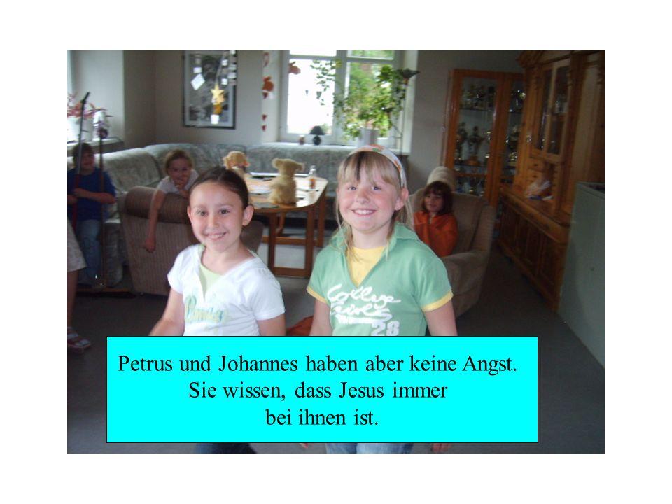 Petrus und Johannes haben aber keine Angst. Sie wissen, dass Jesus immer bei ihnen ist.