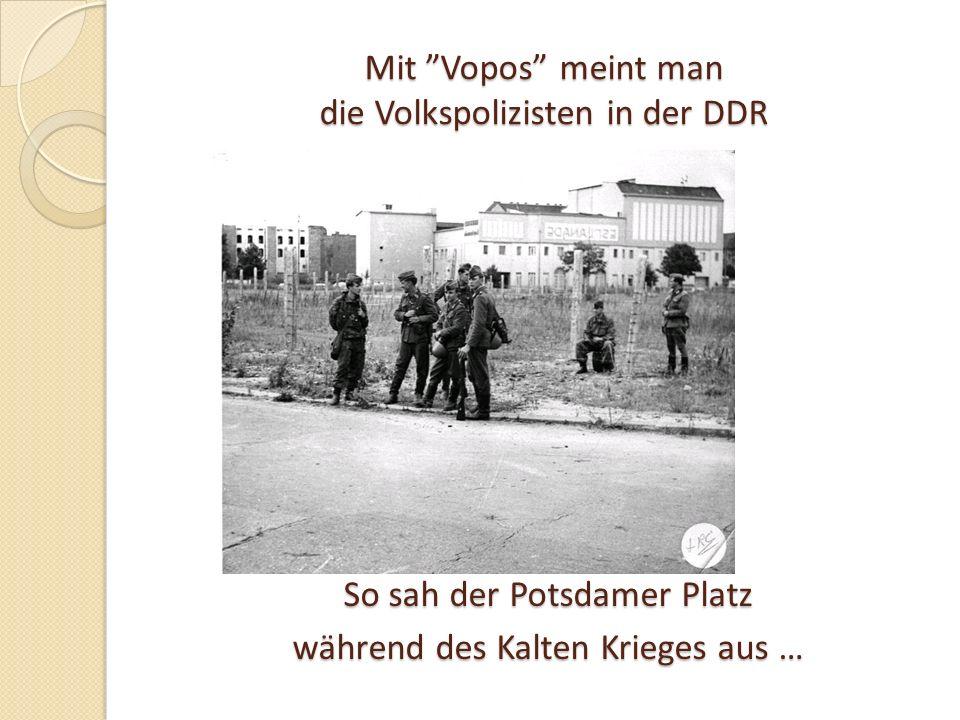 Mit Vopos meint man die Volkspolizisten in der DDR So sah der Potsdamer Platz während des Kalten Krieges aus …