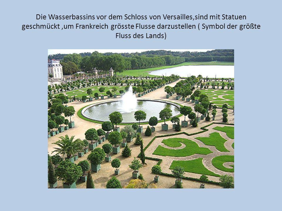 Die Wasserbassins vor dem Schloss von Versailles,sind mit Statuen geschmückt,um Frankreich grösste Flusse darzustellen ( Symbol der größte Fluss des L