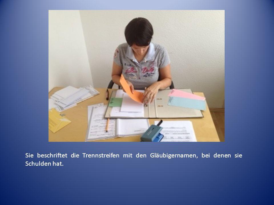 Danach sortiert sie die Briefe nach Datum und heftet sie in den Ordner nach Gläubiger unterteilt.