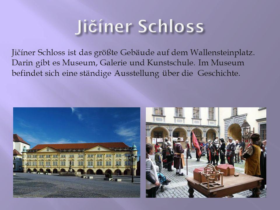 Jičíner Schloss ist das größte Gebäude auf dem Wallensteinplatz. Darin gibt es Museum, Galerie und Kunstschule. Im Museum befindet sich eine ständige