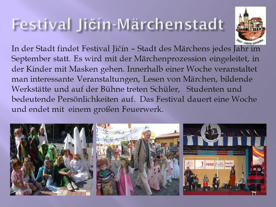 In der Stadt findet Festival Jičín – Stadt des Märchens jedes Jahr im September statt. Es wird mit der Märchenprozession eingeleitet, in der Kinder mi