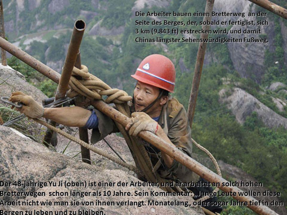 Die Arbeiter bauen einen Bretterweg an der Seite des Berges, der, sobald er fertig ist, sich 3 km (9.843 ft) erstrecken wird, und damit Chinas längste