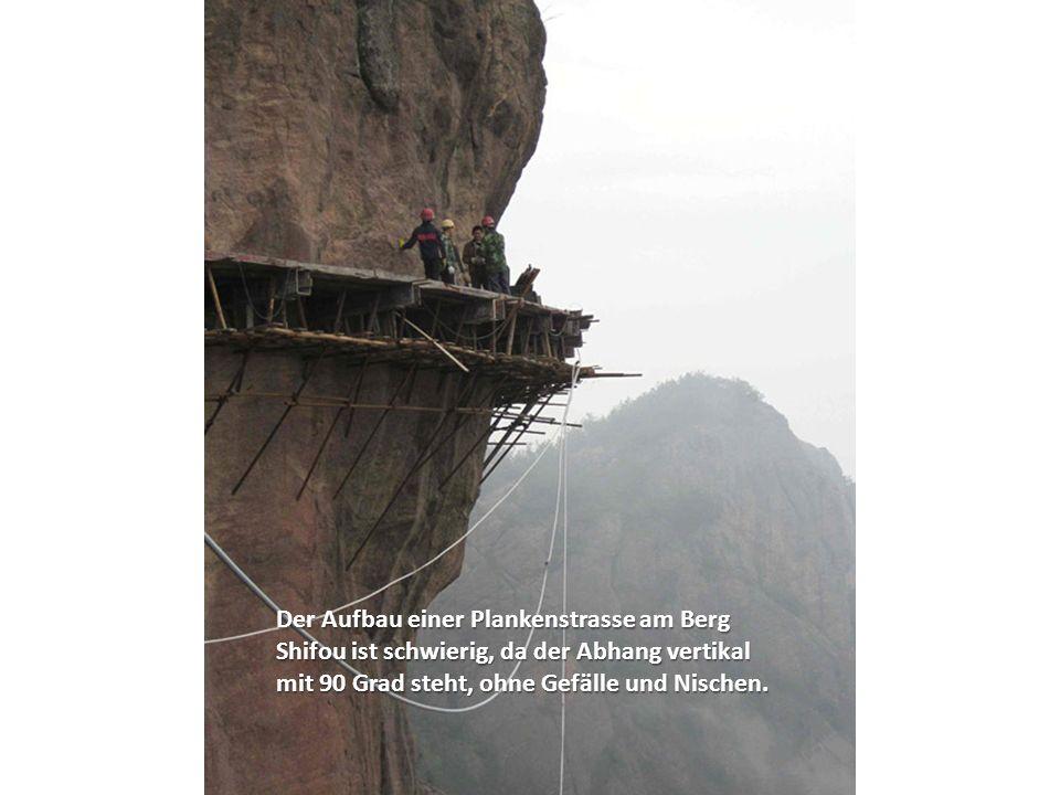 Der Aufbau einer Plankenstrasse am Berg Shifou ist schwierig, da der Abhang vertikal mit 90 Grad steht, ohne Gefälle und Nischen.