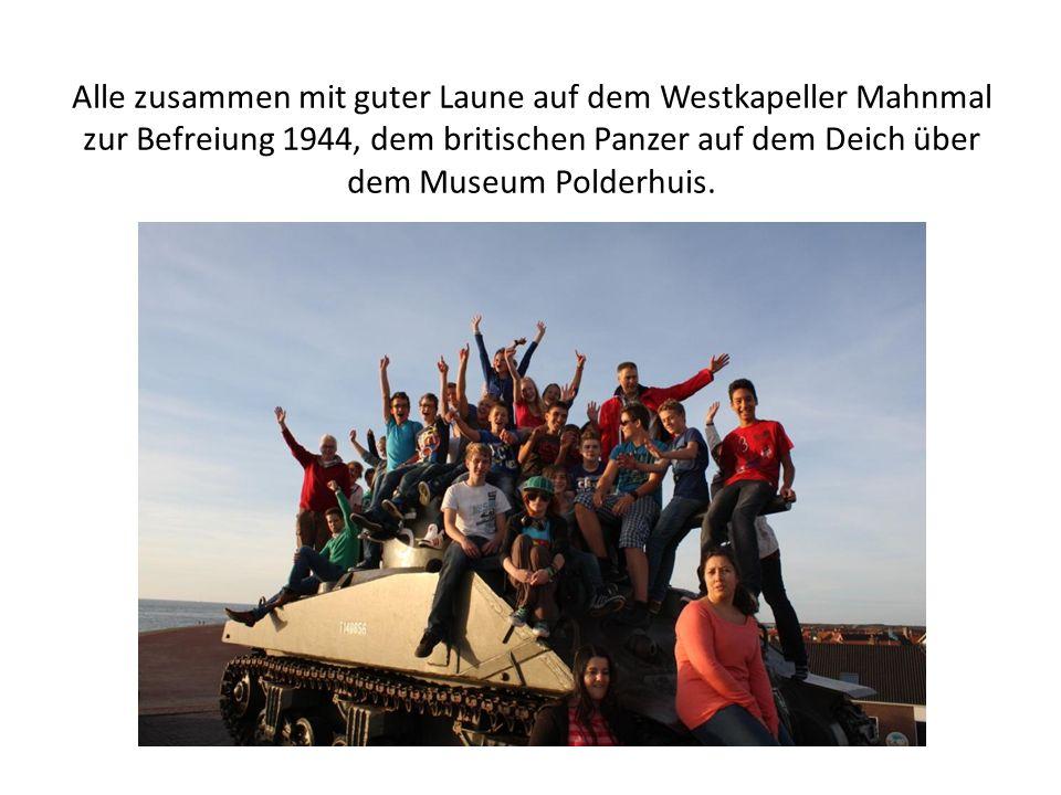 Alle zusammen mit guter Laune auf dem Westkapeller Mahnmal zur Befreiung 1944, dem britischen Panzer auf dem Deich über dem Museum Polderhuis.