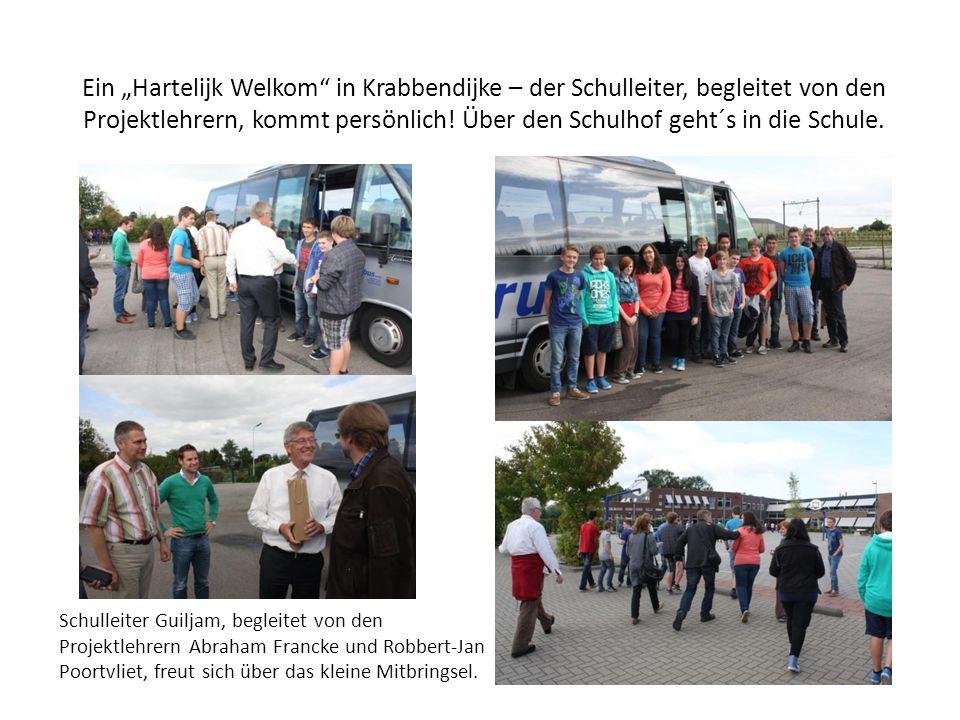 Ein Hartelijk Welkom in Krabbendijke – der Schulleiter, begleitet von den Projektlehrern, kommt persönlich.
