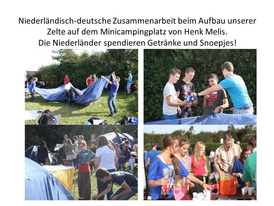 Niederländisch-deutsche Zusammenarbeit beim Aufbau unserer Zelte auf dem Minicampingplatz von Henk Melis.