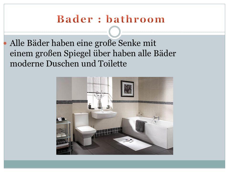 Alle Bäder haben eine große Senke mit einem großen Spiegel über haben alle Bäder moderne Duschen und Toilette