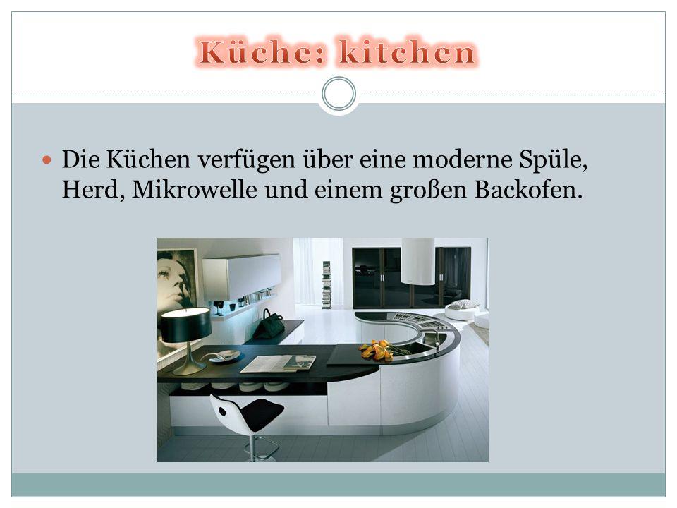Die Küchen verfügen über eine moderne Spüle, Herd, Mikrowelle und einem großen Backofen.