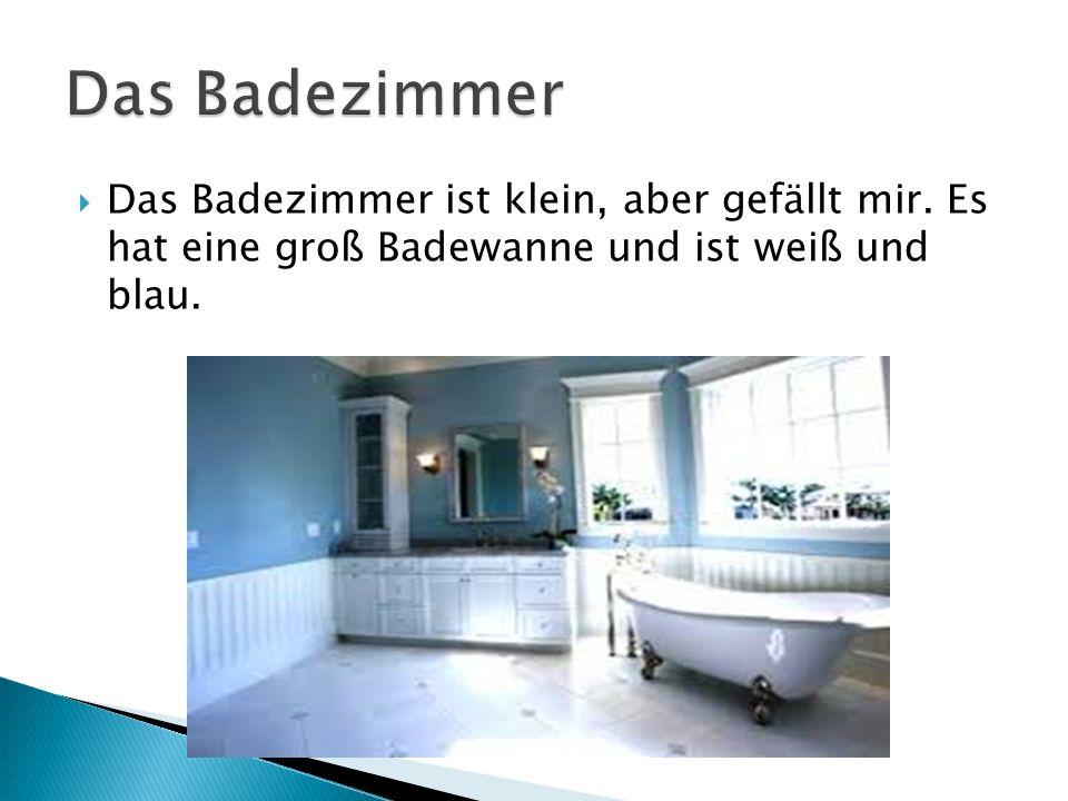Das Badezimmer ist klein, aber gefällt mir. Es hat eine groß Badewanne und ist weiß und blau.