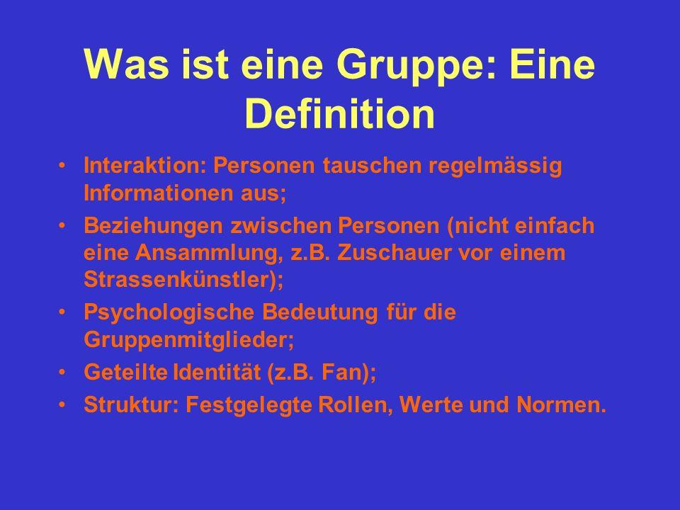 Was ist eine Gruppe: Eine Definition Interaktion: Personen tauschen regelmässig Informationen aus; Beziehungen zwischen Personen (nicht einfach eine A